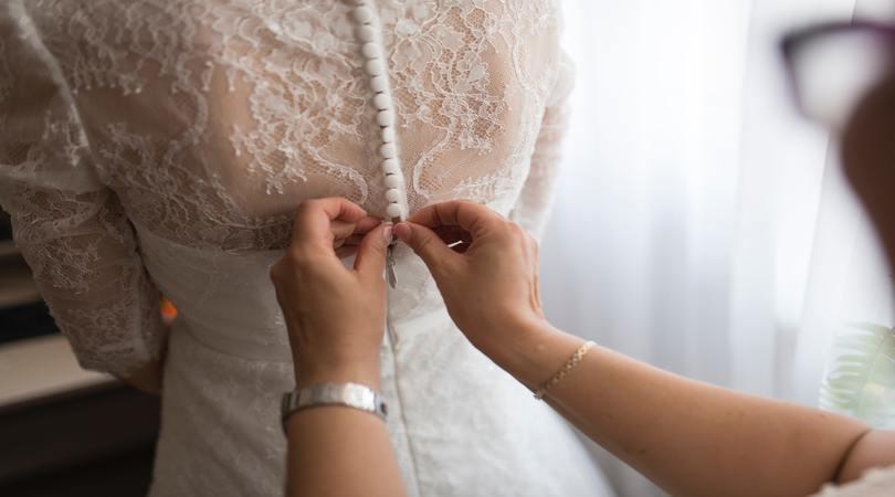 Ajutor ma casatoresc!  - MAC Florea - Cu rochia de mireasă la vaccinare după ce și-a amânat nunta de două ori
